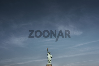 Die Freiheitsstatue unter blauem Himmel
