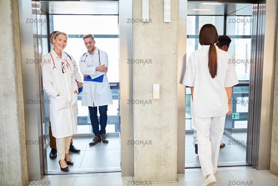 Gruppe Ärzte und Pfleger im Fahrstuhl