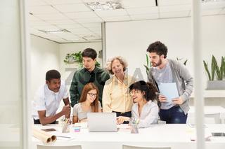 Business Team am Computer bei der Projekt Planung