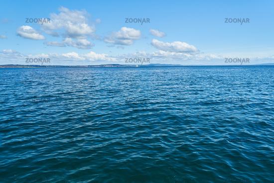 Leichte Wellen auf Wasser vom Atlantischen Ozean