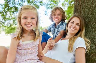 Glückliche Familie mit Mutter und zwei Kindern