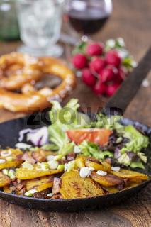 Tiroler Kartoffelgröstl mit Zwiebeln