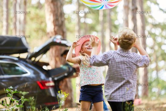 Zwei Kinder spielen mit einem bunten Ball