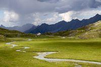 Sumpf in den Alpen mit Hütte