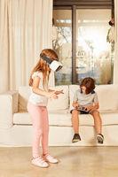 Kinder mit einer 3D Virtual Reality Brille