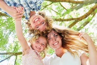 Fröhliche Mutter mit ihren zwei Kindern