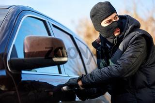 Autodieb bei Autodiebstahl an Autotür