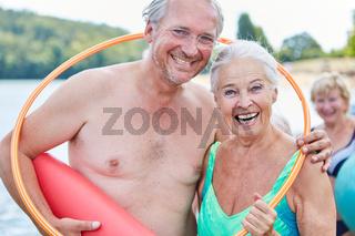 Senioren Paar im Sommerurlaub mit Reifen
