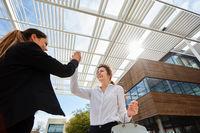 Erfolgreiche Geschäftsfrauen machen High Five
