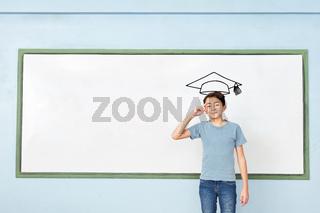 Schüler vor Whiteboard mit Doktorhut