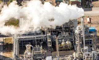 Rauchwaden steigen aus einem Schornstein einer Industrieanlage.