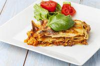 frische italienische Lasagne auf dem Teller
