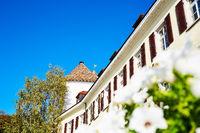 Gebäude in Meersburg am Bodensee  mit blauem Himmel