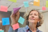 Frau als Geschäftsführer beim Zettel Brainstorming