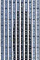 Fassade eines modernen Bürogebäudes mit Spiegelung