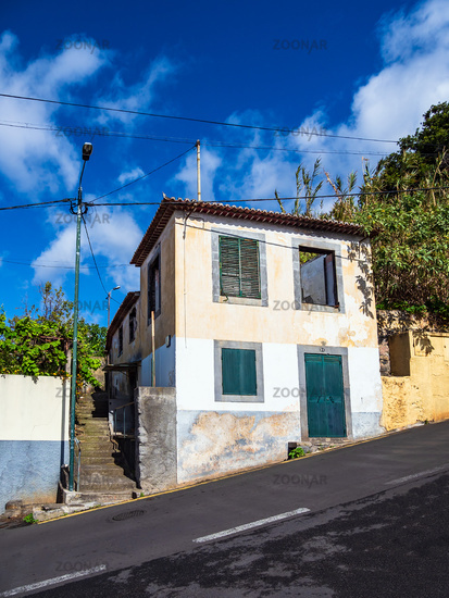 Gebäude und steile Straße in Funchal auf der Insel Madeira, Portugal