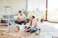 Junges Paar als Heimwerker bei der Renovierung