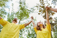 Junge Leute machen eine Übung für Teambuilding