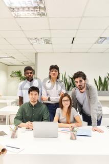 Multikulturelles Business Team im Coworking Büro