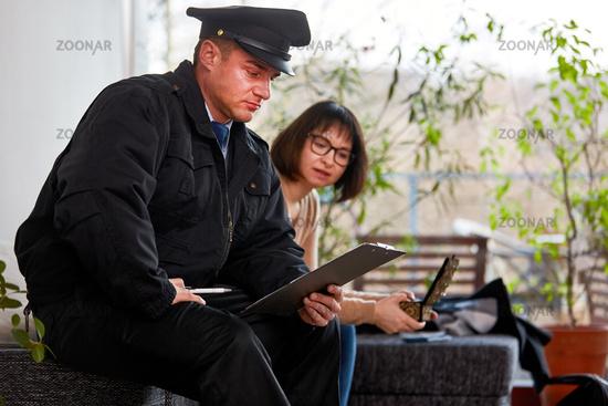 Frau meldet Diebstahl von Schmuck der Polizei