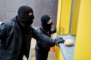 Einbrecher beobachten Fenster von Haus