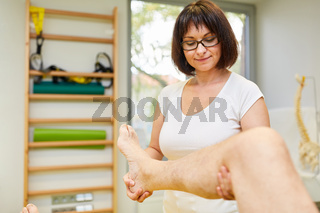Physiotherapeutin behandelt Knieschmerzen