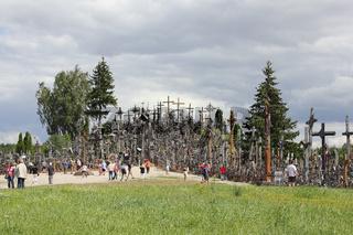Besucher am Berg der Kreuze in Litauen