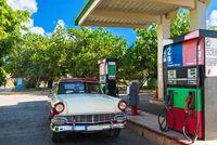 Amerikanischer rot weisser Oldtimer an der Tankstelle in Santa Clara Kuba - Serie Kuba Reportage