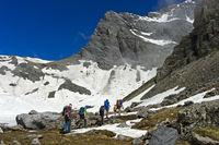 Wanderer durchqueren das Salentse Kar beim Aufstieg zur Rambert Hütte