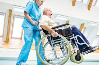 Senior Mann im Rollstuhl mit Krankenschwester