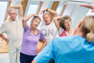 Gruppe Senioren macht Stretching Übung