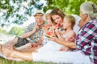 Erweiterte Familie beim Melone essen im Park