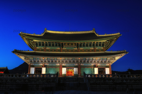 gyeongbokgung palace at night