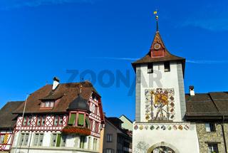 Fachwerkhaus und Stadttor Luzernertor am Eingang zur Altstadt, Sempach, Schweiz