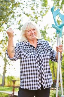 Senior Frau in der Reha mit Krücken freut sich
