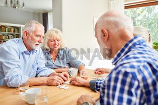 Senioren beim Puzzle spielen als Zeitvertreib