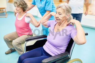 Senioren machen Gymnastik für den Rücken