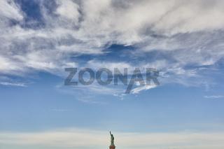 Die Freiheitsstatue unter Wolken