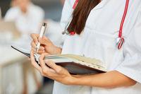 Ärztin oder Krankenschwester notiert Termine