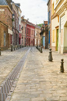 Schmale Gasse in bunter Altstadt in Amiens