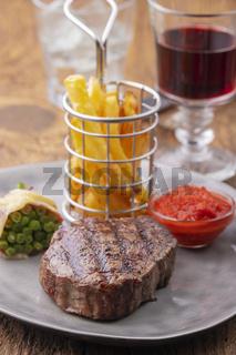 Gegrilltes Steak mit Pommes frites