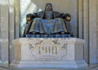 Dschinghis Khan Denkmal am Parlamentsgebäude auf dem Suchbatar-Platz