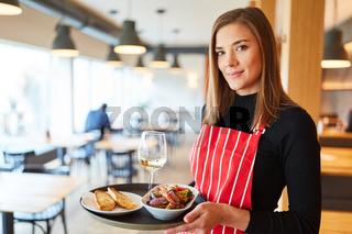 Frau macht Ausbildung zur Kellnerin im Restaurant