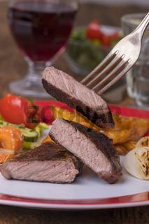 Gegrilltes Steak auf einem Teller mit Wein
