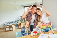 Eltern und Kinder mit Dach über dem Kopf