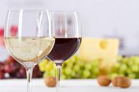 Wein Gläser Weingläser Weißwein Rotwein Weisswein Weintrauben Textfreiraum Copyspace