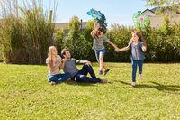 Zwei Kinder spielen ausgelassen im Garten im Sommer
