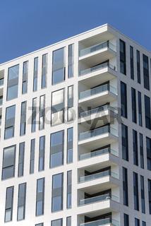 Wohnhochhaus mit Balkonen