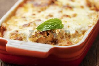 Nahaufnahme der hausgemachte Lasagne auf Holz
