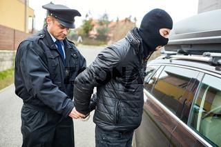 Streifenpolizist bei Festnahme von Verbrecher